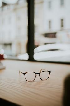 木製のテーブルの上の眼鏡