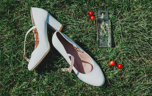 푸른 잔디 야외에 하이힐 가죽 결혼식 신발 한 켤레