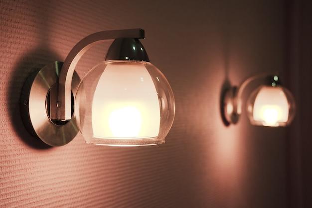 寝室のランプのペアが点灯します。 2つの常夜灯の控えめな画像。