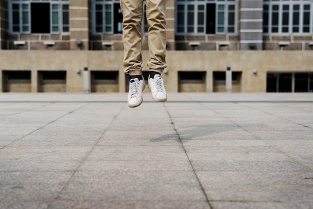 Пара ног прыгает в воздухе