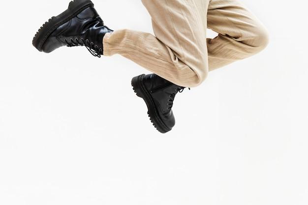 공중으로 점프하는 한 쌍의 다리