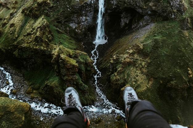 滝を望む足のペア
