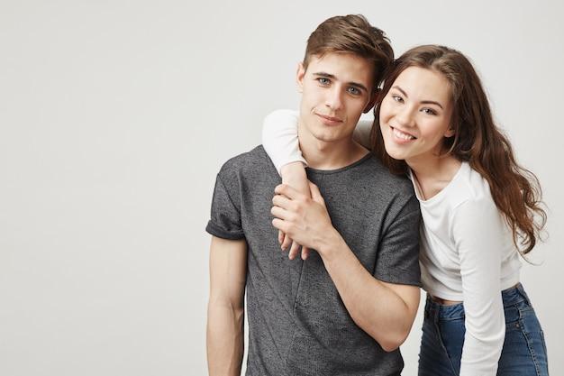 Пара влюбленных обниматься и улыбаться