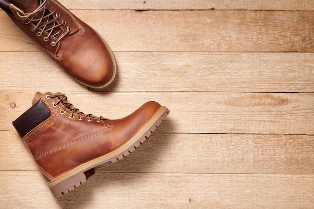 Пара мужских кожаных коричневых непромокаемых ботинок для зимних или осенних походов по деревянному полу