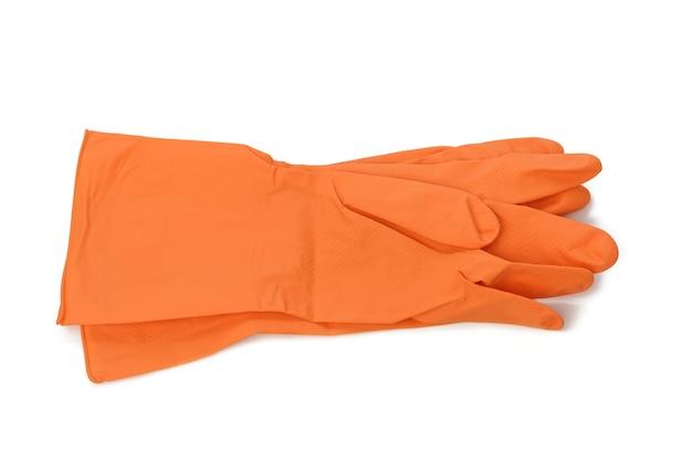 Пара оранжевых защитных резиновых перчаток для чистки на белом фоне, вид сверху