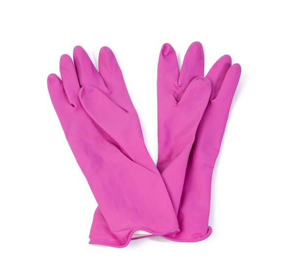 Пара розовых защитных резиновых перчаток для чистки на белом фоне, вид сверху