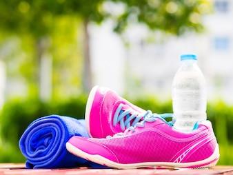 ペア、ピンク、スポーツ、靴、タオル、水、ボトル、木製、板。