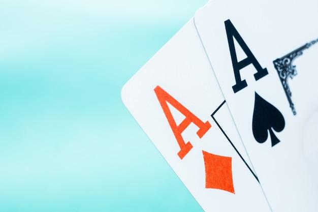 Пара покерных тузов на голубом фоне