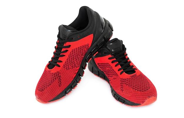 Пара красных кроссовок для спорта изолированные