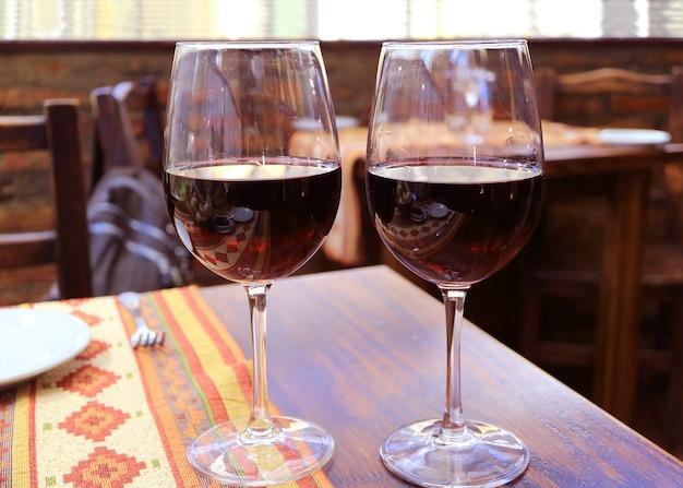 木製のテーブルの上の赤ワインのペア