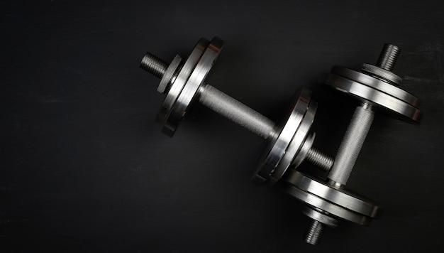 Пара блестящих стальных наборных гантелей для бодибилдинга
