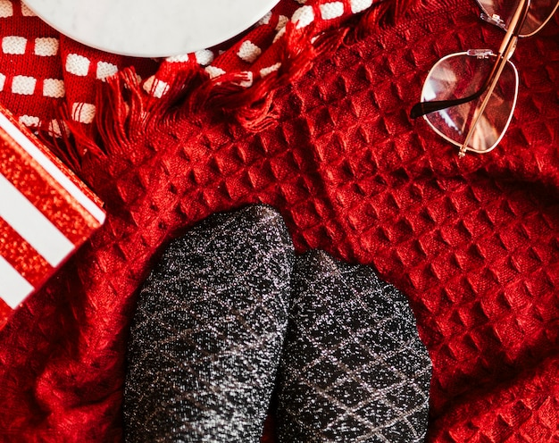 Пара серебристых черных носков на рождество