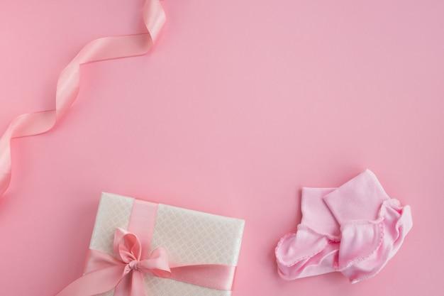 한 쌍의 작은 아기 양말과 선물 상자. 신생아 소녀 액세서리