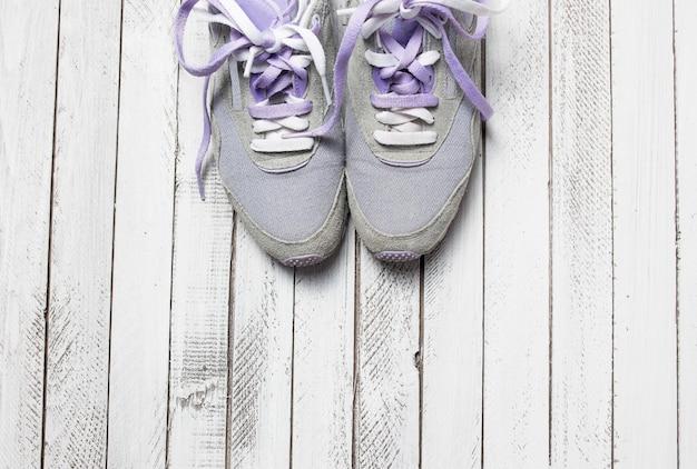 흰색 나무 바탕에 스포츠 신발 한 켤레