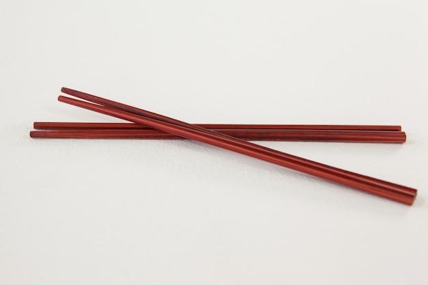 2つの赤い箸のペア