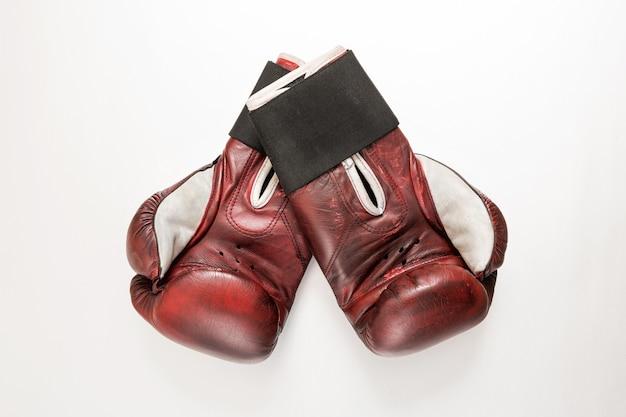 Пара винтажных бордовых кожаных боксерских перчаток