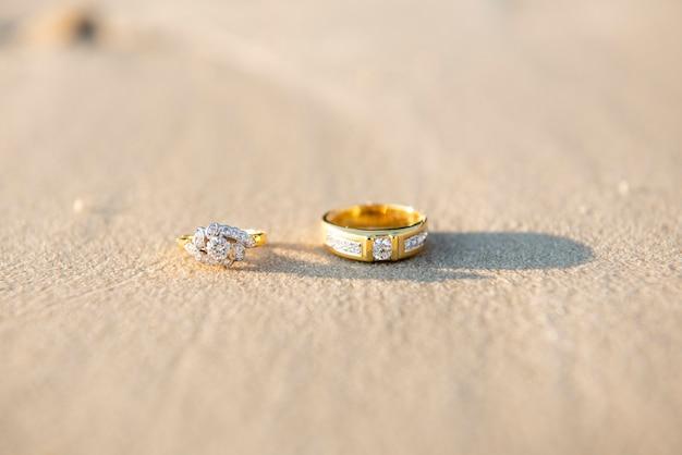 Пара обручального кольца на пляже