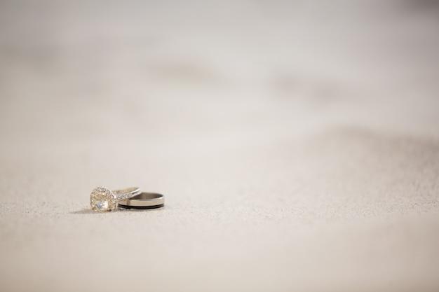 모래에 결혼 반지 쌍