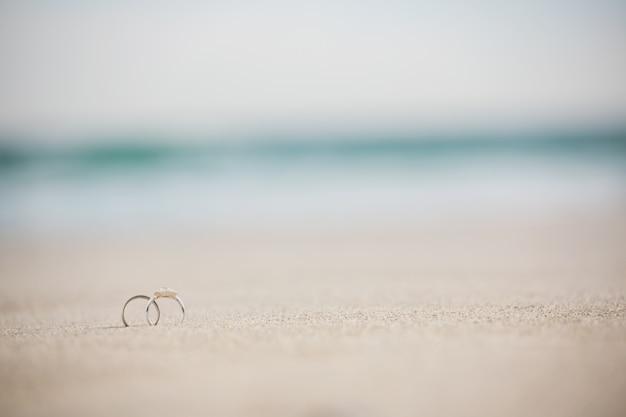 砂の上の結婚指輪のペア