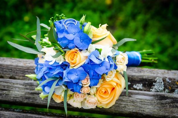 Пара обручальных колец на свадебный букет