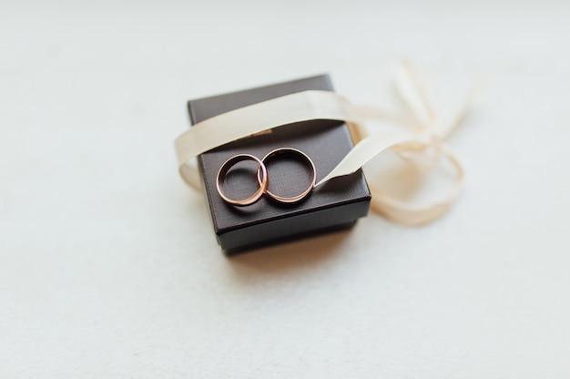 背景のボケ味の結婚指輪のペア