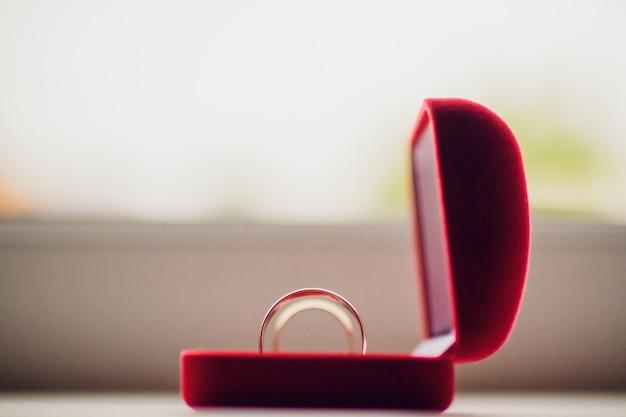 여성용 반지에 다이아몬드가 세팅 된 화이트 골드 결혼 반지 쌍. shaddows와 미니멀 회색 배경에 보석과 실버 결혼 반지 밴드.