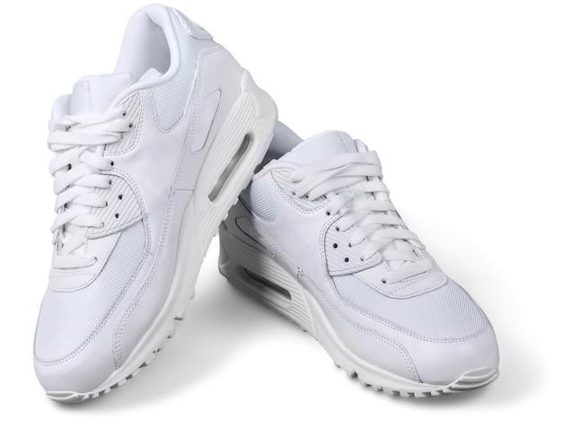 Пара белых кроссовок