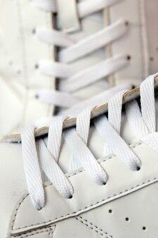 흰색 신발 끈 근접 촬영으로 운동 화를 사용