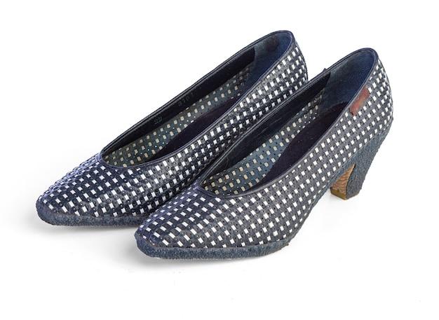 白い壁に女性の靴のペア