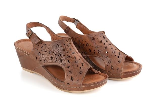 Пара коричневых кожаных женских туфель
