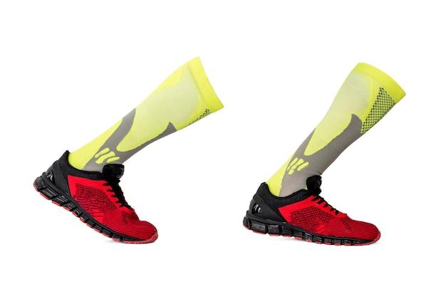 分離された靴と黄色のスポーツストッキングのペア