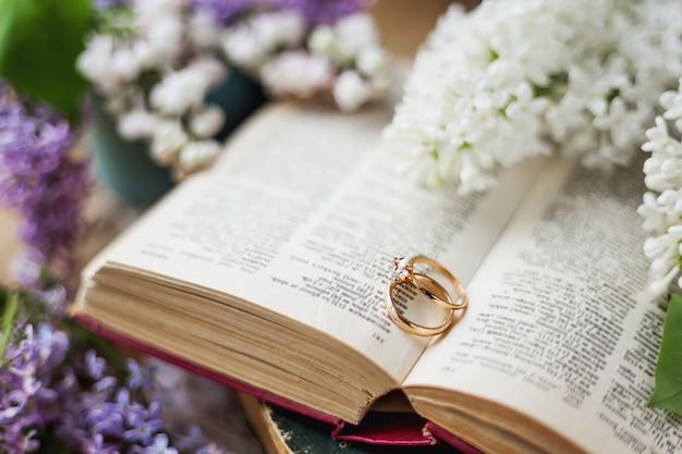 Pair of wedding rings with diamond