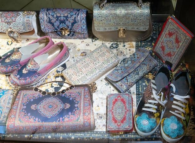 한 쌍의 수제 선장과 많은 파우치, 지갑, 동양 중동 디자인의 핸드백.