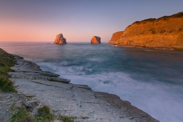 Pais vascoのhendaiaの海岸にある有名な双子の岩。