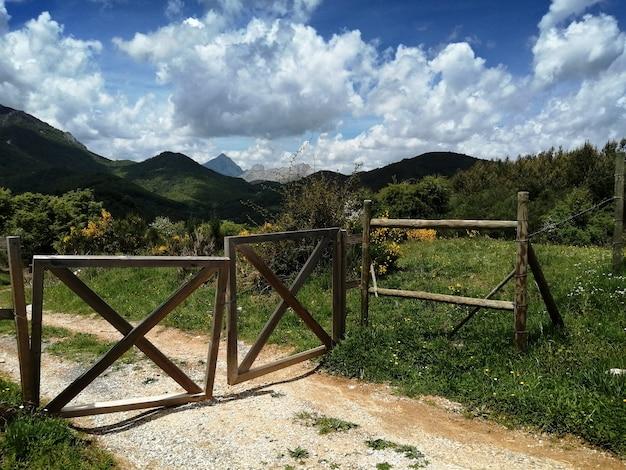 Типико-де-пикос-де-эуропа в сельской местности паисайе