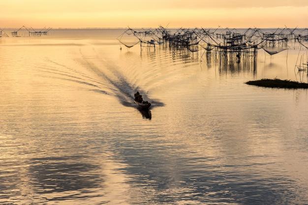 Pak pra村の漁師タイ風釣りトラップ