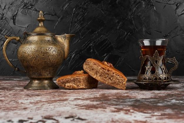 Пахлава и чай на мраморе.