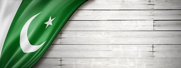 古い白い壁にパキスタンの旗。水平方向のパノラマバナー。