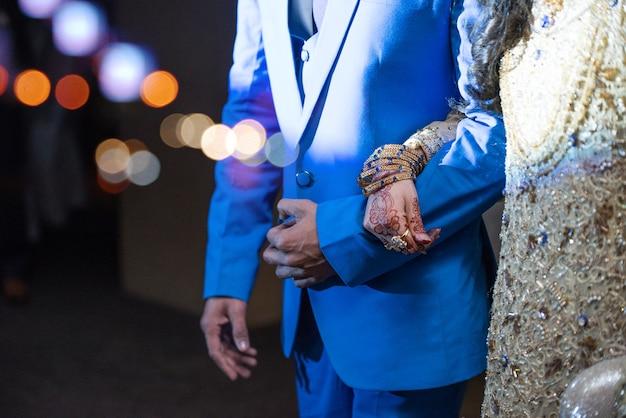 パキスタンのインドの花嫁は武器を保持する新郎