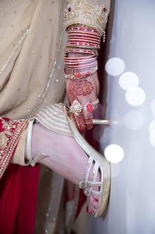 Pakistani индийские невесты руки, показывающие кольца и украшения с каблуками