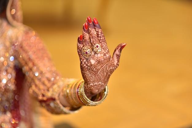 パキスタンインディアンの花嫁の手がリングとジュエリーを展示