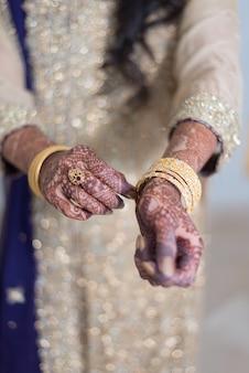 手の宝石を示すパキスタンのインドの花嫁