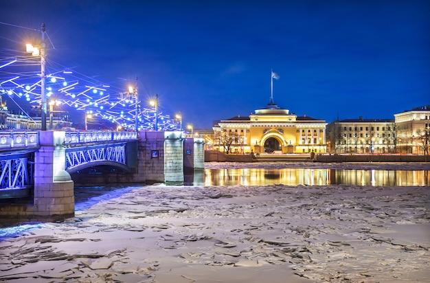 Дворцовый мост и адмиралтейство в санкт-петербурге в зимнюю синюю ночь