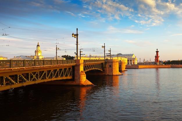 Дворцовый мост утром