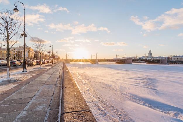 Дворцовый мост. река нева. санкт-петербург. россия зимой.