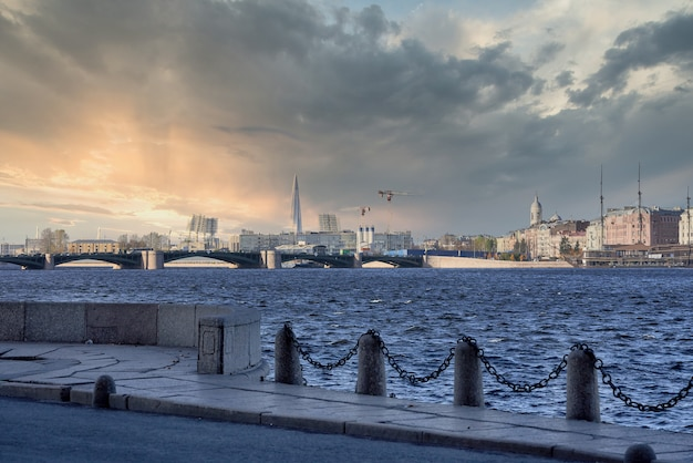 Palace bridge on the neva. russia, st. petersburg cityscape against the blue sky