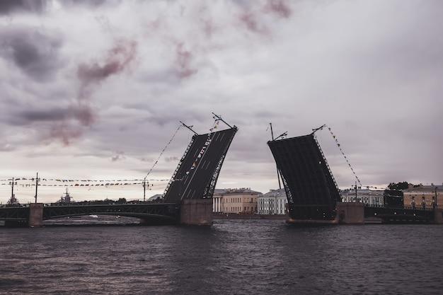 Подъем дворцового моста в белую ночь. уникальный городской пейзаж центра санкт-петербурга Premium Фотографии