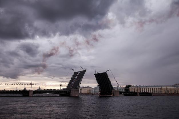Подъем дворцового моста в белую ночь