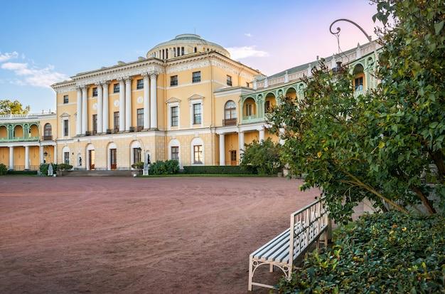 상트페테르부르크의 파블로프스크 궁전, 가을 햇살이 비추는 라일락 덤불의 벤치