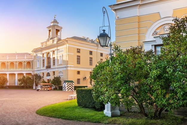 상트페테르부르크 파블로프스크 궁전, 가을 햇살이 비추고 라일락 덤불 옆 램프